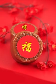 Nian gao aussi niangao un gâteau de riz sucré, un dessert populaire mangé pendant le nouvel an chinois. il était à l'origine utilisé comme offrande dans les cérémonies rituelles. caractère chinois signifie fortune