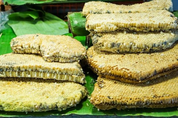 Nid d'abeille sur une feuille de banane sur le marché.