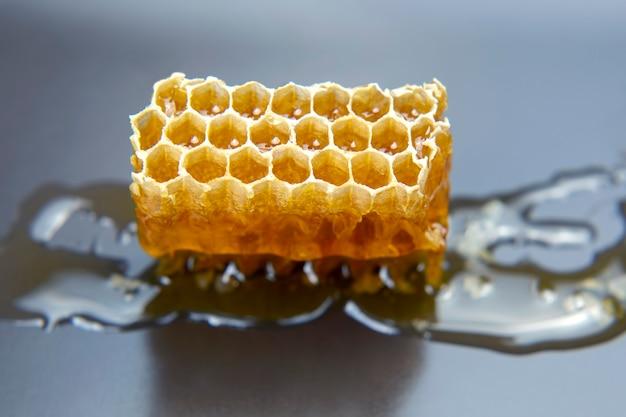 Nid d'abeille frais sur un gris