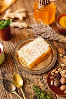 Nid d'abeille grand angle sur assiette vintage