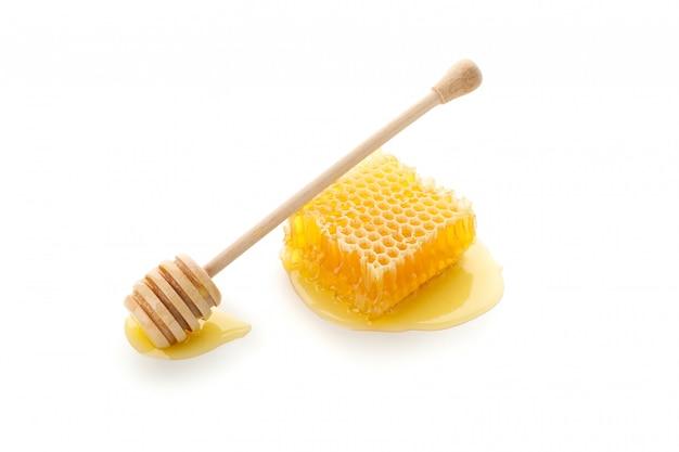 Nid d'abeille et louche isolé sur fond blanc