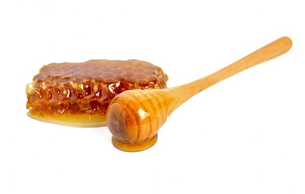 Nid d'abeille et miel isolé sur blanc