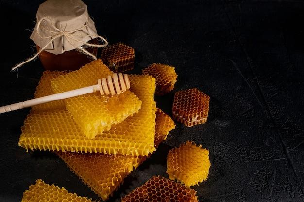 Nid d'abeille naturel et cuillère en bois