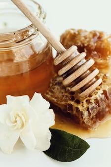Nid d'abeille avec pot et fleurs