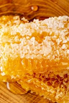 Nid d'abeilles à angle élevé sur un plateau en bois