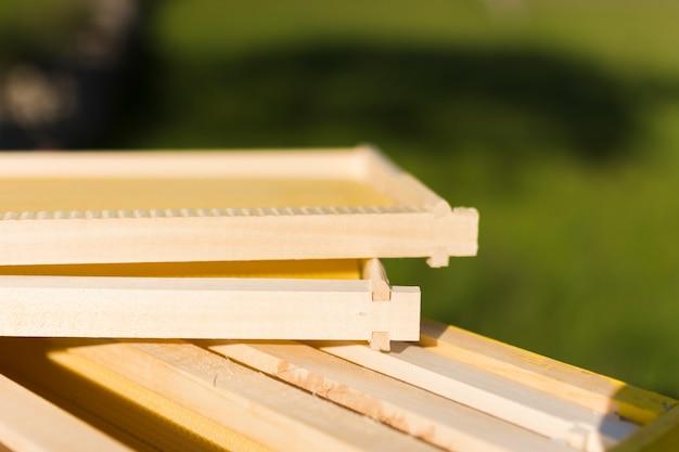Nid d'abeilles en bois