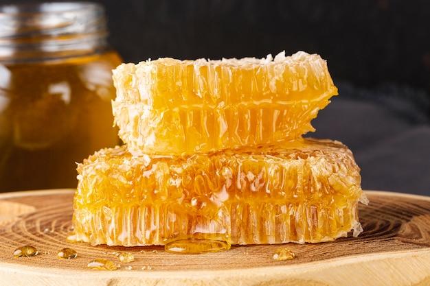 Nid d'abeilles vue de face sur un plateau en bois