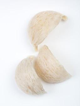 Nid d'oiseau comestible sur papier blanc
