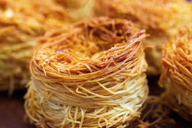 Nid d'oiseau oriental traditionnel avec du miel et des noix.