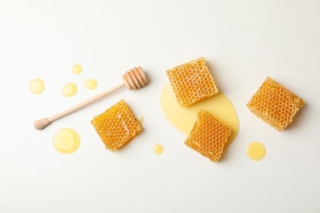 Nids d'abeille et louche sur blanc