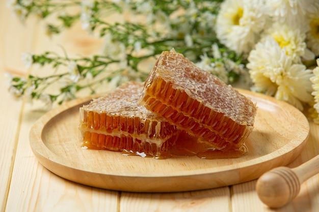 Nids d'abeilles frais sur une surface en bois