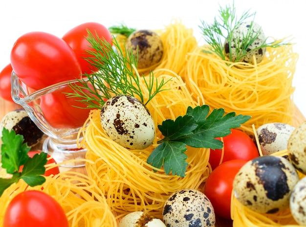 Nids de pâtes avec tomates cerises et œufs de caille