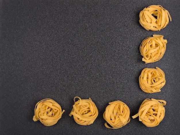 Nids de spaghetti sur fond gris
