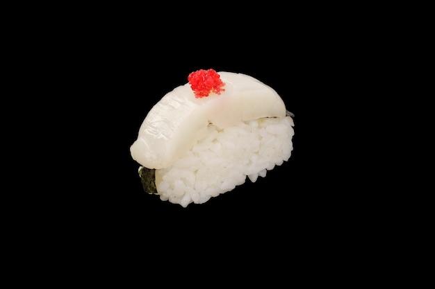 Nigiri sushi pétoncle, caviar tobiko, nori isolé