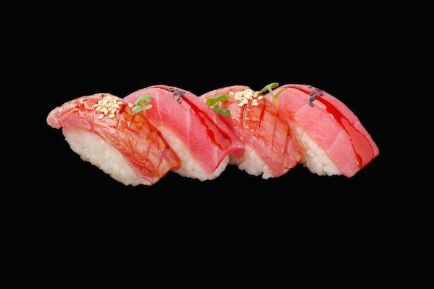 Nigiri sushi set thon, sauce, microgreen, graines de sésame, caviar isolé