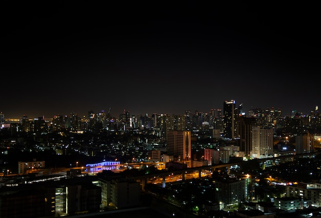 Nigth paysage lumineux de la ville de bangkok.