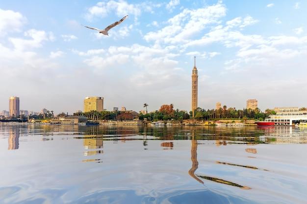 Le nil au caire, vue sur la tour de télévision, egypte.