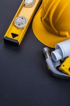 Niveau casque bleus marteau ruban à mesurer