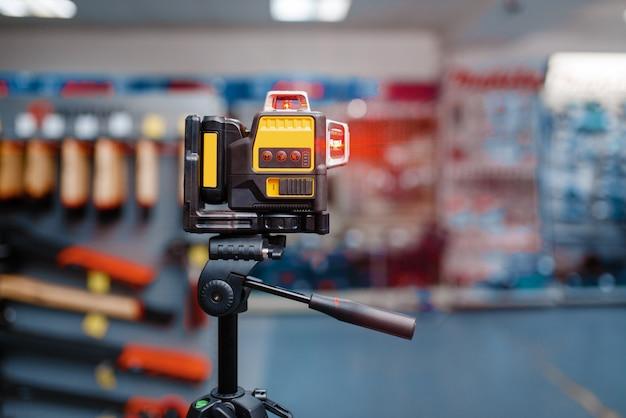 Niveau laser sur trépied dans le magasin d'outils, personne