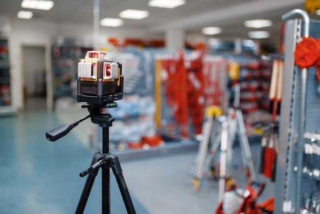Niveau laser sur trépied dans le magasin d'outils
