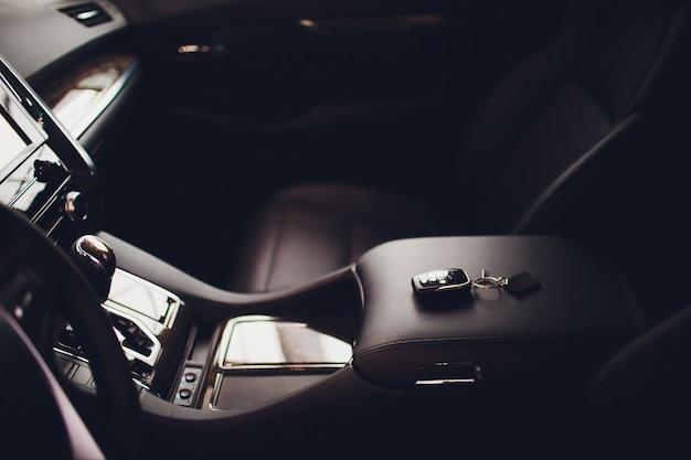 Niveau de transmission automatique avec double embrayage. intérieur moderne.