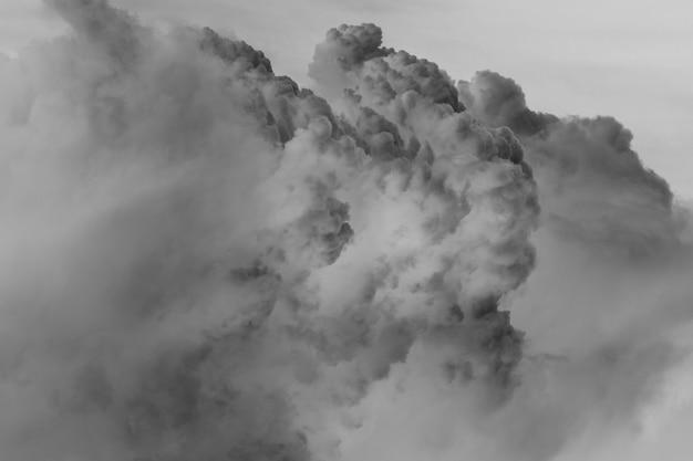 Niveaux de gris de fond de nuages gris lourds