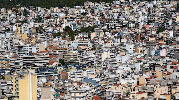 Niveaux de plusieurs bâtiments résidentiels et d'état à kavala, grèce