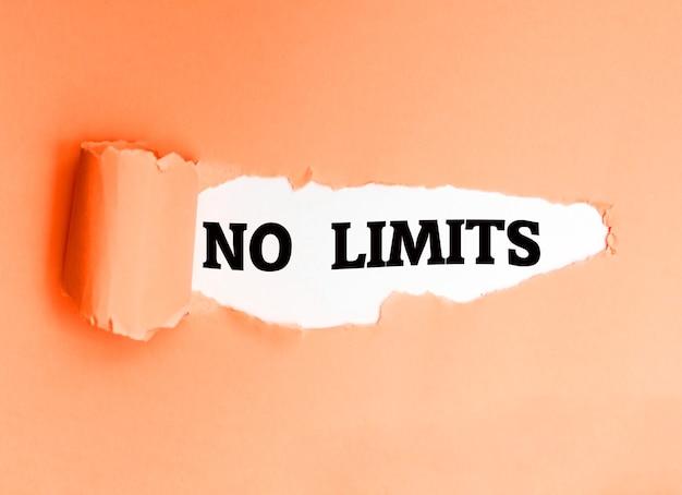 No limits, écrit en anglais sur un papier déchiré