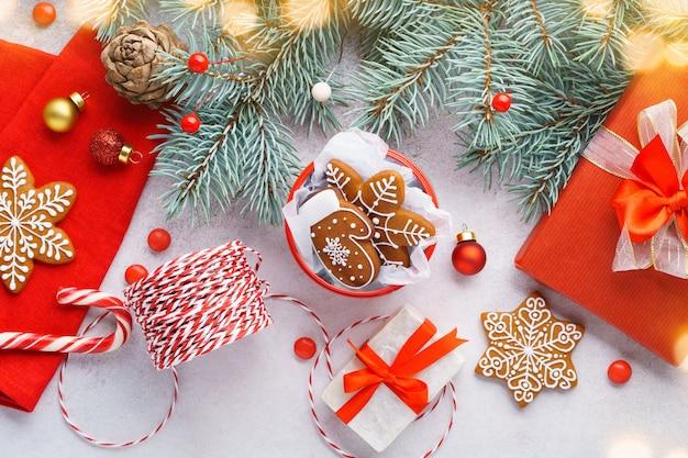 Noël avec des biscuits en pain d'épice et des coffrets cadeaux