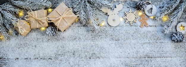 Noël en bois et décoration naturelle ornement large bannière horizontale avec copyspace et neige