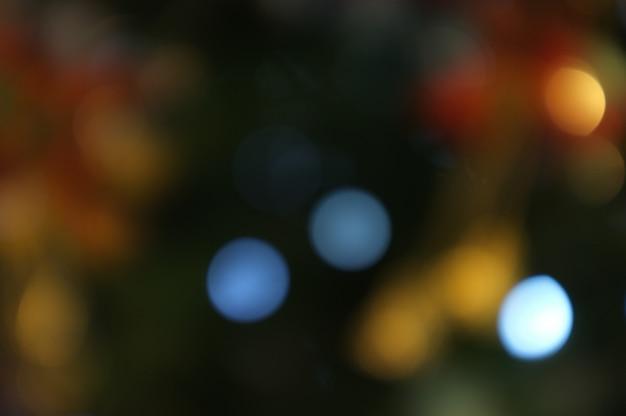 Noël et bonne année sur fond de bannière arbre de noël floue bokeh