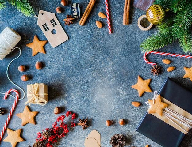 Noël . branches de sapin, épices et attributs de noël sur un bois blanc