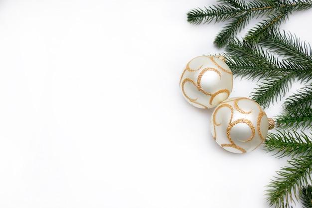Noël avec un brin d'arbre de noël et des boules, des jouets pour l'arbre de noël