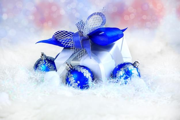 Noël. cadeau de vacances dans un bel emballage et des boules de verre bleu