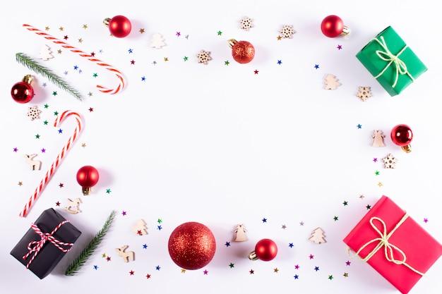 Noël . cadeaux et décorations sur blanc. noël, hiver vue de dessus, surface