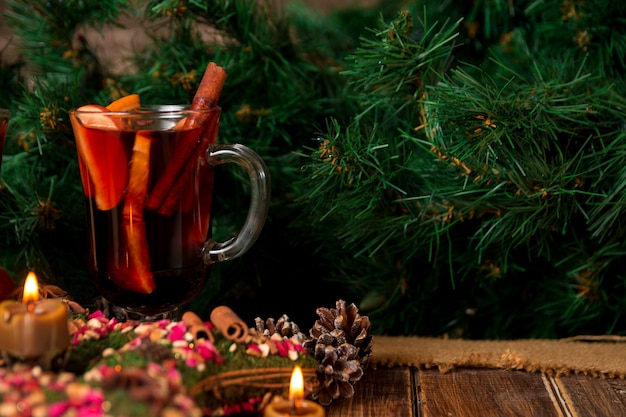 Noël chaud et étoile, bougies sur table en bois. décorations de noël en arrière-plan.
