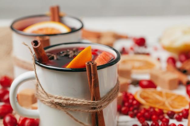 Noël chaud vin chaud dans une tasse rustique se bouchent