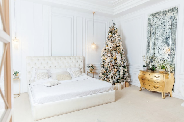 Noël classique nouvel an décoré salle intérieure nouvel an des arbres avec des décorations d'ornement d'or