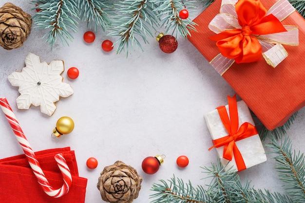 Noël avec coffrets cadeaux et branches de sapin