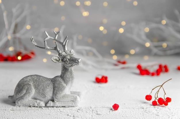 Noël. composition du nouvel an de cerf argenté et de sorbier des oiseleurs. guirlandes lumineuses. forêt de fées