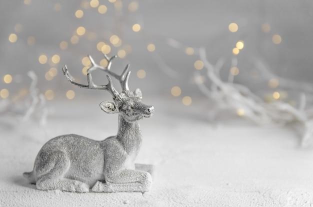 Noël. composition du nouvel an du cerf argenté. guirlandes lumineuses. forêt de fées