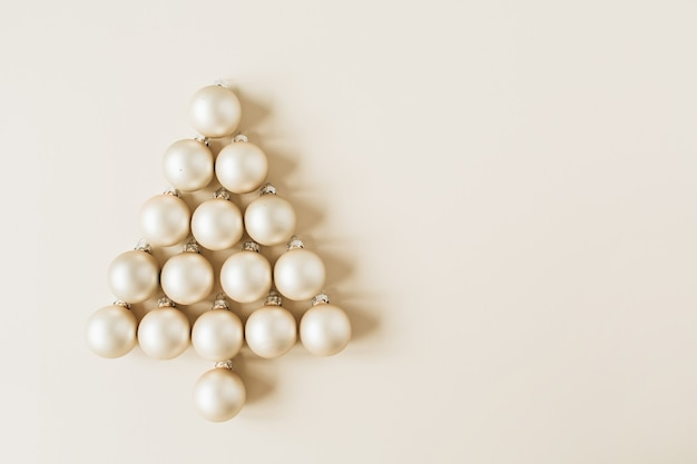 Noël, composition du nouvel an. sapin de noël en boules de noël or sur beige