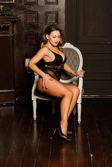 Noël, concept de nouvel an. jolie femme en lingerie, chaussettes posant à l'intérieur
