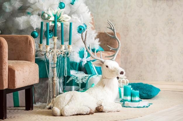 Noël, couleur bleu et blanc présente sous l'arbre