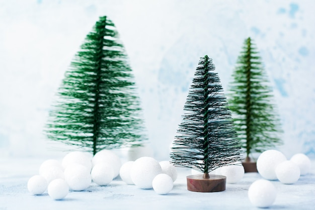 Noël, décoration du nouvel an, arbre avec de la neige sur le bleu. mise au point sélective.