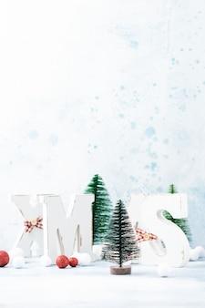 Noël, décoration du nouvel an, boule, arbre, lettres de noël avec de la neige sur le bleu. mise au point sélective.