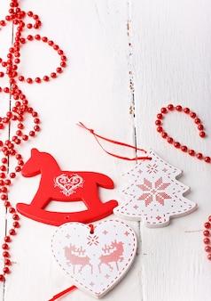 Noël une décoration de vacances rustique vieil arbre jouets hiver blanc en bois rétro vintage