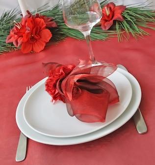 Noël décoré de façon festive (nouvel an) une table pour le dîner