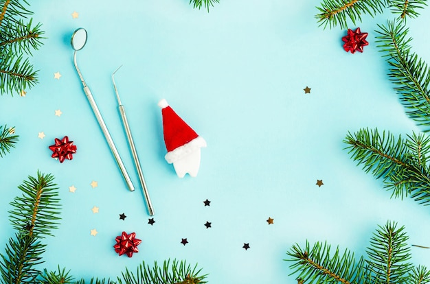 Noël dentaire créatif et nouvel an. miroir, sonde et dent jouet en bonnet de noel