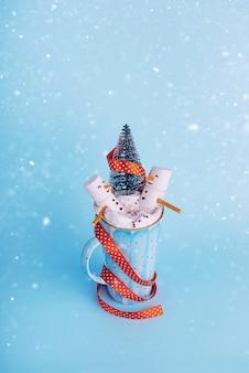 Noël deux guimauves dans une tasse de chocolat chaud